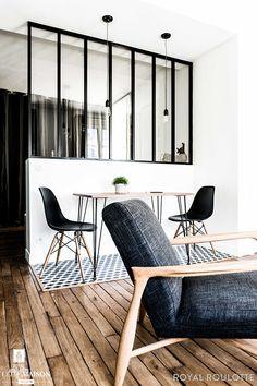 Ce nouvel espace nous a permis de créer le coin repas/travail délimité au sol par un tapis de carreaux de ciment graphiques.