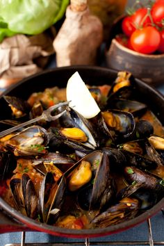 Mussels with white wine sauce, onions and tomatoes . I've wanted to try cooking mussels for a while. Fish Dishes, Seafood Dishes, Fish And Seafood, Fish Recipes, Seafood Recipes, Cooking Recipes, Healthy Recipes, Mussel Recipes, Mussels White Wine