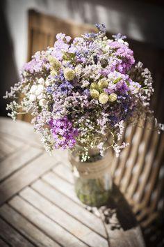 Ramo de novia Beautiful Bride, Beautiful Flowers, May Weddings, Wedding Decorations, Table Decorations, Wild Flowers, Flower Arrangements, Wedding Flowers, Lavender