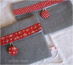 Pochettes en lin gris aux biais rouges