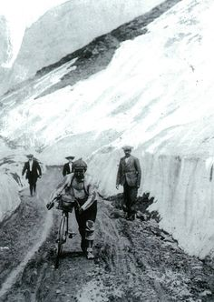 Léon Georget climbing the Galibier in the 1909 Tour de France. The photo comes from L'Equipe's Tour de France, 100 ans I rode up this road last August! Cycling Art, Road Cycling, Cycling Bikes, Cycling News, Road Bikes, Vintage Cycles, Vintage Bikes, Vintage Racing, Photo Velo