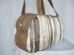 Pieghettata    Diese Henkeltasche kann alle wichtigen Dinge verstauen. Durch die unterschiedlichen Brauntöne ist sie vielseitig zu kombinieren uns ganzjährig zu tragen. Diese Tasche wird ihr Liebling werden.