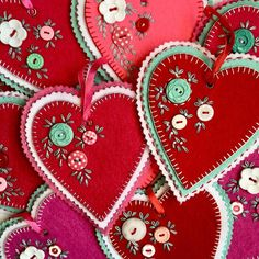 This art that makes me happy: Hand stitched felt hearts Valentines Day Hearts, Valentine Day Crafts, Valentine Heart, Felt Decorations, Valentine Decorations, Fabric Crafts, Sewing Crafts, Felt Embroidery, Heart Crafts