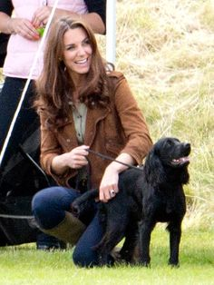 KATE MIDDLETON: While Prince William plays in a polo match, Kate pals around with cocker spaniel Lupo on Sunday at the Beaufort Polo Club in Gloucestershire, England. Estilo Kate Middleton, Kate Middleton Photos, Kate Middleton Style, Middleton Family, Pippa Middleton, William Kate, Prince William, Princesse Kate Middleton, Kate And Pippa