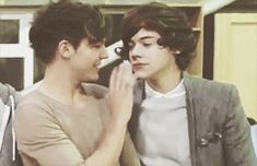 ➼ A Larry Stylinson fanfiction. One Direction Fotos, One Direction Harry, One Direction Humor, One Direction Pictures, Direction Quotes, Fanfic Larry Stylinson, Larry Shippers, Larry Gif, X Factor
