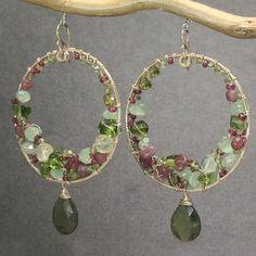 Hoop earrings withpink ruby peridot prehnite por CalicoJunoJewelry