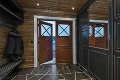 """""""Røedsbu"""" er en svært påkostet, lekker, maskinlaftet tømmerhytte over et plan pluss hems med skjermet tun, to nyere anneks, flere solfylte uteplasser og et fortryllende utsyn fra egen tomt. Hytten fremstår med høy standard og moderne, tekniske løsninger, smakfullt kombinert med et sjarmerende interiør og fargevalg. Det er vannbåren varme og stilig bruddskifer i alle rom i første etasje, bare fo..."""