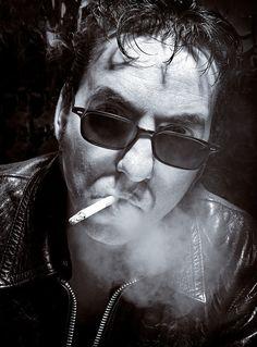 Richard Hawley smoking (photo Chris Sauders)