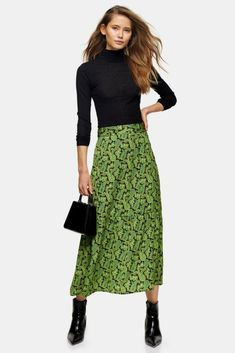 This green all over paisley tiered button skirt is designed to be seen. Make a striking statement in style, and pair with a plain top. Bodycon Midi Skirt, Satin Midi Skirt, Midi Shirt Dress, Jupe Swing, Swing Skirt, Wardrobe Images, Swing Rock, Topshop Tall, Pull Court