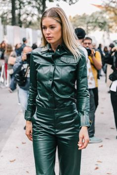 Colourful Leather The Best Street Style Inspiration from all the Shows - Fashion Street Style Blog, Looks Street Style, Fashion Week Paris, Look Casual, Casual Chic, Modell Street-style, Estilo Hippie, Leder Outfits, Inspiration Mode