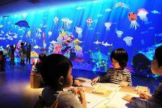 この水族館は、子どもたちが描いた魚たちが泳ぐ水族館です。 子どもたちが「紙」に自由に色を塗ったり、模様をつけたりして、魚の絵を描きます。 す