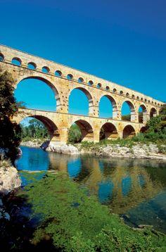Le pont du gard est un pont-aqueduc romain construit au 1er siècle. Il enjambe le Gardon et sa hauteur est de 50 m pour 360 m de long. Il a été classé au patrimoine mondial en 1985 et sa dernière restauration date de l'année 2000