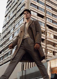Víctor wears herringbone coat Zara, top Ralph Lauren, and trousers Silbon.