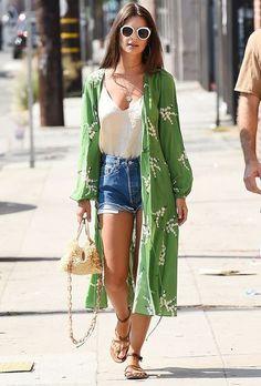 Emily Ratajkowski investiu na rasteira com kimono para um look verão.