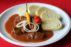 Old Bohemian goulash - Staročeský guláš Czech Recipes, New Recipes, Cooking Recipes, Ethnic Recipes, Easy Recipes, Eating Well, Soups And Stews, Pesto, Thai Red Curry