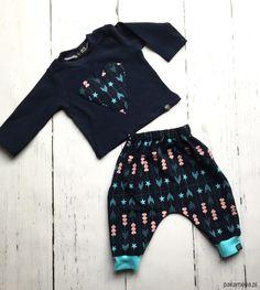 niemowlak - moda - spodnie-Dresik w serduszka i strzałki