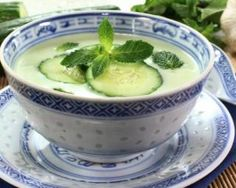 Chilled cucumber, melon and mint soup Plats Weight Watchers, Weight Watchers Meals, Raw Food Recipes, Vegetarian Recipes, Healthy Recipes, Summer Soup Recipes, Avocado Soup, Chilled Soup, Health Eating