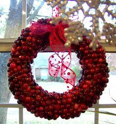 Cranberry wreath DIY  http://hisugarplum.blogspot.com/2010/12/christmas-cranberry-wreath.html