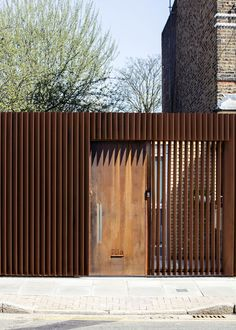 BuildingWeathered steel louvres screen a hidden house in Hackney by Guttfield Architecture Architecture Today, Innovative Architecture, Architecture Photo, Contemporary Architecture, Tor Design, Facade Design, Fence Design, Front Gates, Entrance Gates