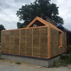 DOM ZE SŁOMY, gliny i drewna Straw Bale Construction, Framing Construction, Eco Buildings, Straw Bales, Passive House, Wooden House, Tiny House Design, Beautiful Buildings, Lodges