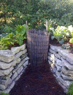 Kompostsilo im Winkel mit Verbindung zu den Hochbeeten bauen. Versorgt die Beete mit Nährstoffen.