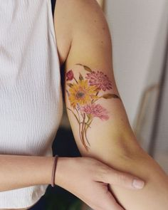 Luiza Oliveira Blackbird flower Tattoo Watercolor Daisy Tattoo, Gerbera Daisy Tattoo, Bird And Flower Tattoo, Colorful Flower Tattoo, Daisy Flower Tattoos, Gerbera Flower, Tattoo Sleves, Sleeve Tattoos, Scar Cover Up