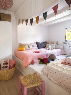Dormitorio infantil con bancada de madera y camas de obra