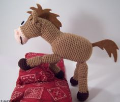 Cute horse to crochet - free pattern - it's the horse from Toy Story! Make for a Toy Story theme party or a western party or ? Crochet Pony, Poney Crochet, Crochet Horse, Cute Crochet, Crochet Animals, Crochet For Kids, Crochet Crafts, Crochet Dolls, Yarn Crafts