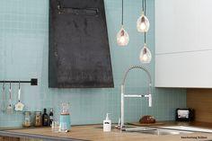 Lyseblå kjøkkenfliser. House Inspirations, Home Kitchens, Mirror, Bathroom, Furniture, Home Decor, Mirrors, Bathrooms, Kitchens