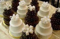 mini wedding cakes as centerpieces   Perfect Mini Wedding Cakes