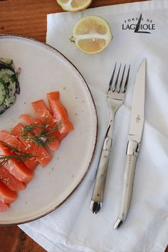 More is not always more. Sometimes the pleasure lies in lightness – and the right presentation. A light pleasure ideally set in scene with our Forge de Laguiole® cutlery. Pickled salmon on a delicate cucumber-fennel salad with dill dressing and our cutlery made out of fine horn.