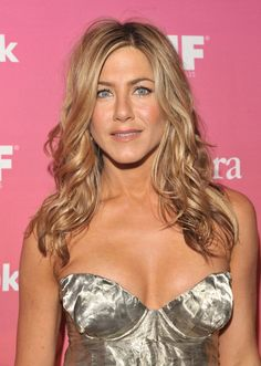 Beach waves, finger waves, wavy ponytails — oh my! We've rounded up our 20 favorite celebrities with flawless waves. Jennifer Aniston Dress, Jeniffer Aniston, Jennifer Aniston Pictures, Jennifer Lopez, John Aniston, Elle Fanning, Foto Pose, Miranda Kerr, Beautiful Celebrities