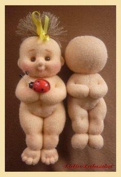 Muñeco blandito de trapo. Mide 26 cm y para hacerlo sólo se necesitan unos trocitos de tela de punto, relleno de algodón y unas poquita...