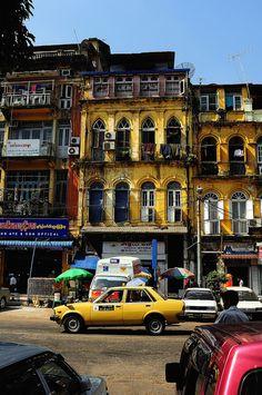 Yangon, Myanma. Het eerste dat opvalt in Yangon zijn de brede lange avenues aangelegd door de Britten