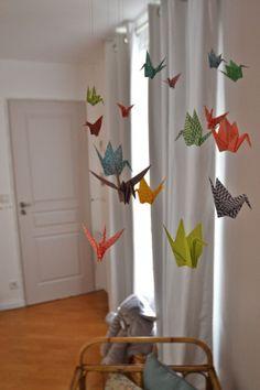 Rien de mieux que de créer soit même la déco pour la chambre de Baby!!!! Aujourd'hui c'était création d'un mobile origami pour suspendre au dessus de son plan à langer que Papa va…
