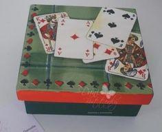 Tá a fim de criar uma linda caixinha para colocar o baralho? Então veja como fazer no passo a passo que montamos para você! Não é difícil decorar esta caixa para guardar cartinhas de baralho. Só precisa que você reserve os materiais necessários e preste atenção nas dicas que colocamos no post. Dá pra personalizar … Deck Of Cards, Card Deck, Decoupage, Box Company, Altered Boxes, Decorative Boxes, Playing Cards, Country, Home Decor