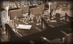 Salakapakan tummanpuhuva kattaus Table Settings, Place Settings