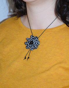 Collier fleur coton graphique noir et blanc perles - L'atelier du petit oiseau