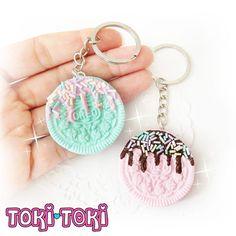 ♥ Kawaii & dulce Pastel galleta sumergido y acentuado con chispitas de arco iris! Hecho a mano por mi con arcilla polimérica. Usted puede elegir entre color rosado o verde azulado. ------------------------------------❤ ❤ ❤------------------------------------ ♥ Cada pedazo de mi