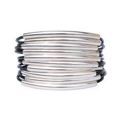 Originalité et élégance pour ce magnifique bracelet manchette en cuir pour femme agrémenté de 10 cordons en cuir et orné de 10 tubes de 51 X 4 mm. Il est muni d'un fermoir de type crochet en métal argenté de qualité supérieure.