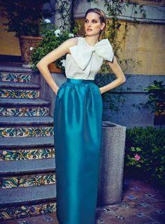 Vestido con falda larga tulipan azul y blusa con lazo blanco