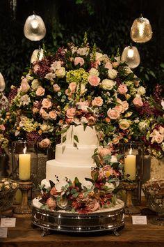 """Estão preparados para ver uma decoração linda? Um casamento noturno, com o salão tranformado num cenário rústico-chique-romântico cheio de beleza. A decoração é da Mariana Bassi: """"Nossa noiva Ana f…"""