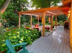große Holz Pergola über Sitzbereich mit Feuerstelle
