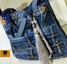 Feita com jeans reutilizado https://www.facebook.com/bolsariadadri/