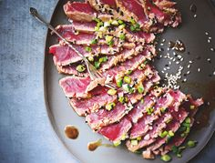 Semi-cooked tuna carpaccio, marinated in soy and sesame: discover the cooking recipes of Femme Actuelle Le MAG - Seafood Recipes Ceviche, Think Food, Love Food, No Salt Recipes, Cooking Recipes, Carpaccio Recipe, Fish Dishes, Seafood Recipes, Asian Recipes