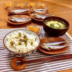 今日の晩ご飯✩⃛ 今朝も洗濯干してると、近所のおばちゃんが採れたてのうすいえんどうを持って来てくれたので、豆ご飯にしました! 娘二人が豆むいてくれて助かりました♡ *豆ご飯 *筍の煮物 *焼きめざし *豆腐と三つ葉の味噌汁 旬の野菜は美味しい(*´pq`) - 14件のもぐもぐ - ご近所さんから頂いた採れたとうすいえんどうで豆ご飯! by harunameiHrc