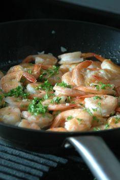 Maak nu ook de lekkerste knoflookgarnalen gewoon thuis. Dit simpele recept heeft maar een paar ingrediënten. Om je vingers bij op te eten..!
