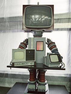 Friendly Robots of the Soviet Union—A TV-head robot created by Leningrad's Pozitron union, RIA Novosti Not Nam June Paik ! Vintage Robots, Retro Robot, I Robot, Diy Tv, Nam June Paik, Tv Head, Assemblage Art, Geek Art, Recycled Art