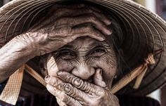 What's special about portrait photography? Why Hoi An is a great place to live? Read an interview with Réhahn, a French photographer living in Vietnam. Peru, Street Photography, Portrait Photography, Foto Portrait, Realistic Paintings, Photographs Of People, Face Expressions, French Photographers, Look In The Mirror