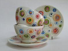 ( CODICE ARTICOLO: TAZ/06) Tazze da colazione senza manico e con piatto dipinte a mano con bolliccine. Tecnica: maiolica.